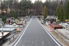 Otoczenie – alejki na cmentarzu parafialnym